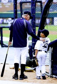Jim Leyland & little Victor. cutest kid in all of Major League Baseball (Victor Martinez's son) Detroit Sports, Detroit Tigers Baseball, Baseball League, Sports Baseball, Baseball Bats, Softball, Baseball Series, Tiger Love, Go Blue