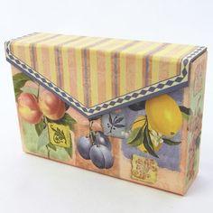 カードBOX フルーツ [PunchStudio]パンチスタジオ 小物入れ・ジュエリー・ギフトボックス ■サイズ:10x15x3.5(厚さ)cm  ■生産:中国   この製品は、パンチスタジオ社が石鹸やバスソルト等を入れて  ギフト用に販売するために生産されたパッケージです。  日本ではギフトBOXとして販売しておりますが  底面には、上記内容を示す英語表記があります。  予めご了承の上お求めください。 マグネットでパチッと留まるパンチスタジオの紙製BOX。