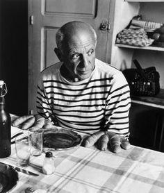 One of my favorite Picasso portrait. # Les pains de Picasso, Vallauris, 1952 © Atelier Robert Doisneau courtesy of GAMMA-RAPHO Agency# Robert Doisneau, Saint James, Pablo Picasso, Picasso Art, Guernica, Francoise Gilot, Breton Shirt, Breton Top, Fotojournalismus