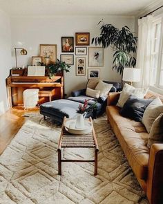 The paint may play its role, but when it comes to a rustic chic living room, the secret is in the details that pull everything together, the rustic farmhouse cherry-picked pieces that pop out in an otherwise plain chic room. Perhaps you can go farther and pick a wall to cover in wooden panels or to hang wood features and interesting casual lighting fixtures. These country living room ideas, are some of the best options you can find, all combined into a rustic chic living room design ex.. Interior Minimalista, Boho Living Room, Cozy Eclectic Living Room, Cottage Living, Country Living, Living Room Vintage, Cozy Living Rooms, How To Decorate Small Living Room, Small Living Room Designs