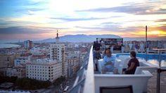 Sonnenuntergang, Meeresluft und ein Cocktail in der Hand. Auf den Dachterrassen in Malaga lässt sich das Leben aus neuer Perspektive betrachten.