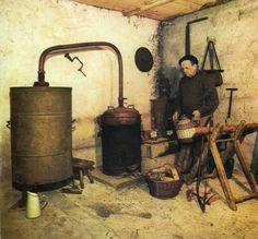 Im2370 - Mon père, faisant les préparatifs avant de distiller.   par eLaboureur