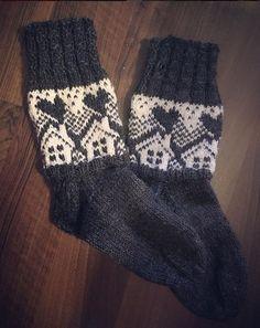 Neulojat loihtivat nyt upeita mökkisukkia! Katso kuvat versioista ja poimi ideoita | Kodin Kuvalehti Bosendorfer Piano, Dream Life, Fingerless Gloves, Arm Warmers, Socks, Couture, Knitting, Winter, Crafts