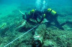 Due operatori subacquei lavorano sul relitto di una colonna trasportata dalla nave tardo antica che è incluso nel Marzamemi II