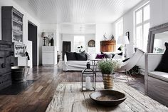 DECO: GRAY & WOOD