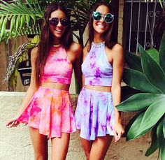 Matching tie dye hippy bohemian coachella halter top and flare mini skirt combinations Festival Gear, Festival Outfits, Festival Fashion, Rave Outfits, Summer Outfits, Fashion Outfits, Moda Tie Dye, Best Friend Outfits, Kids Outfits Girls