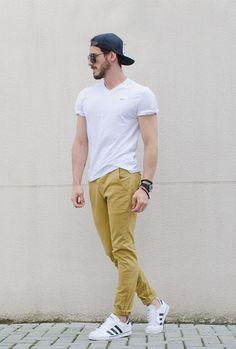 Blog de moda masculina, pele masculina, cabelo masculino, roupas masculinas, maquiagem masculina. whiteshoes yellowpants whiteshirt blackglasses bluecap