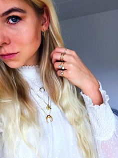 #hviskstylist #hvisk #fashion #blonde #girl #girly #style #stylish #emmabukhave #gold #jewelry #rings #necklace #moon #earrings #frills #laces #shirt