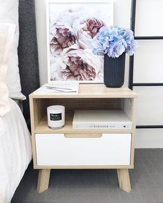 Nachtkastjes zijn soms simpel, maar ook erg mooi! Fijne zondag iedereen, namens het @furn.nl - team! #nachtkastjes * * * * Credits: @megcaris * * * * #inspiratie #interieur  #meubels #meubel #meubelonline #wonen  #woonaccessoires #design #living #interior #myhome2inspire #interior4you #instahome #styling #livingroom #wooninspiratie #homedeco #homedecoration #homedecor #furnnl #furniture #beautiful #homeandliving #lifestyle #sundayfunday #sundays #zondag #weekend