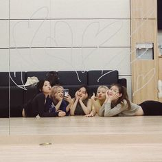 How amazing is this mirrored wall. Design and pic credit . Kpop Girl Groups, Korean Girl Groups, Kpop Girls, Korean Best Friends, Programa Musical, Poses, K Idol, Ulzzang Girl, These Girls