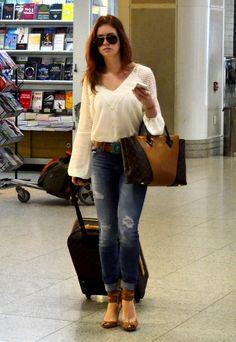 De calça jeans colada e rasgada, Marina Ruy Barbosa embarca em aeroporto