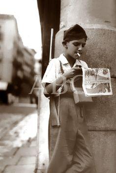 Spain - 1937. - GC - Madrid - Un niño armado y fumando en las calles de Madrid