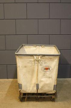Originele industrieel vintage wasmand Dandux.Afkomstig uit een Amerikaans  hotel Beschikbaar in wit en grijs  Deze vintage wasmand is te koop bij Homestock in Haarlem (wit en grijs)    MEER INFORMATIE
