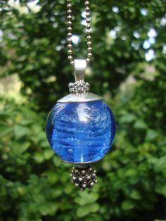 as in glas (lichtblauw) een herinnering aan een overleden broer uit Frankrijk.