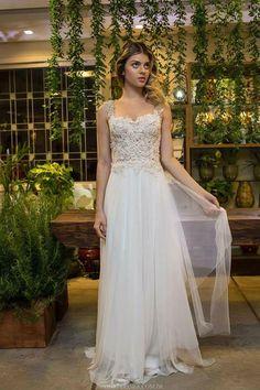 O ateliê do pernambucano Melk Z-Da continua à toda, e acabou de apresentar novos vestidos pra quem quer casar tipo já1