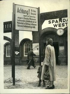 Berlin-Spandau, 1952. A remarkable poster in front of a train station, there is no longer a long time. The entrance is now located between the library and petrol station - the current turning circle makes no S-Bahn no sense ...