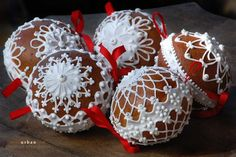 honey gingerbread Christmas balls~ from Urban Rodinne Vcelarstvi -- a Czechoslovakian beekeeping company that produces quality honey & confectionary delights! Christmas Cupcakes, Christmas Treats, Christmas Baubles, Christmas Time, Ginger Cookies, Egg Art, Egg Decorating, Gingerbread Cookies, Eggs
