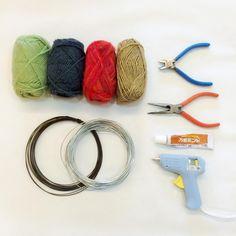 毛糸を使った温かみのあるインテリア『ウールレター』って知っていますか?リリアンで編んだ紐に針金を通してメッセージやモチーフの形を作ったもので、壁にかけたり、棚にたてかけたりして部屋をより華やかにするアイテムです。そのウールレターが実は毛糸を使用すれば、簡単に作れちゃいます!しかも100均で材料が全て揃うんです!DIY 初心者さんにもぜひ作ってもらいたい、簡単ウールレターの作り方とおすすめ活用方法をご紹介します。 この記事の目次 クルクル巻くだけ!簡単ウールレターを作ってみよう 用意するもの 作り方1:作りたい文字や形を紙に書く 作り方2: 針金で形を作る 作り方3: 毛糸を巻いていく 針金が交差している部分は 作り方4:接着剤をつける ウールレター活用法その1. インテリアにも ウールレター活用法その2. バースデーパーティーの飾り付けに ウールレター活用法その3. ハロウィンデコも作れる ウールレター活用法その4. クリスマスツリーのオーナメントも素敵 ウールレター活用法その5. ウェディングでも大活躍 ウールレター活用法その6. カバンの飾りに ウールレター活用法その7…