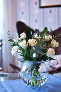 For en luksusfølelse det er å ha en blomsterbukett med friske blomster på bordet. Det kjennes så fresht. Buketten går i hvitt, litt blått og grønt ~ I ♡ it.