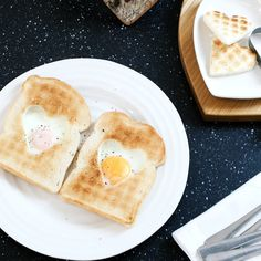 Try an AGA classic - eggs in toast! Try an AGA classic - eggs in toast! Aga Recipes, Cream Aga, Aga Cooker, Rice Cooker, Aga Stove, Dutch Kitchen, Cast Iron Grill Pan, Toast Sandwich, English Kitchens