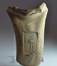 Bollo anfora greca, III secolo a.C. Bollo sul manico di anfora greca con tripode. Collezione privata