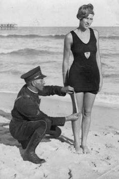 policia mide un traje de baño