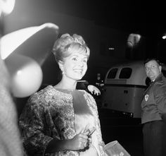 Debbie Reynolds arrives at the Hollywood Egyptian Theater, Los Angeles for the West Coast premiere of 'Mutiny on the Bounty,' Nov. 15, 1962. (AP Photo/David F. Smith) via @AOL_Lifestyle Read more: http://www.aol.com/article/entertainment/2016/12/28/debbie-reynolds-dead-at-84/21643624/?a_dgi=aolshare_pinterest#fullscreen