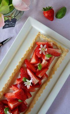 Tarte avec panna cotta au basilic et fraises