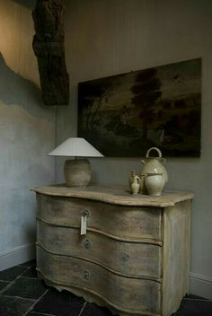 Source Sharing ~ More to love from Antiek Amber (be) Chalk Paint Furniture, Cool Furniture, Luberon Provence, Dresser As Nightstand, Dressers, Raw Wood, Gray Interior, French Furniture, Painting Cabinets