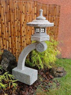 """Esta lanterna de pedra, modelo """"Rankei"""",  é excelente para compor seu jardim japones junto á um lago de Carpas, porque possui um pedestal que a se projeta e reflete na água.   Mais dicas e modelos em nosso site!"""