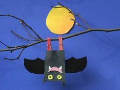 Basteln mit Kindern - Ideen zu Halloween: Basteln Sie mit Ihrem Kind eine Fledermaus aus Filz. Mit Wäscheklammern lässt sich das Flattertier kopfüber aufhängen und ist eine tolle Halloween-Dekoration.