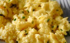 Making the perfect scrambled eggs isn't difficult. The key is whisking the eggs thoroughly and vigorously before cooking them. Whisking incorporates air, which produces fluffier scrambled egg… Southern Breakfast, Breakfast Menu, Breakfast Time, Breakfast Recipes, Wedding Breakfast, Brunch Wedding, Breakfast Muffins, Breakfast Casserole, Scrambled Eggs Healthy