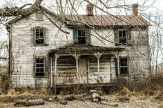 Old abandoned house Abandoned Farm Houses, Old Abandoned Buildings, Old Farm Houses, Abandoned Mansions, Old Buildings, Abandoned Places, Abandoned Castles, Scary Places, Haunted Places