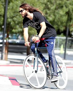 Jared Leto's locks flew in the breeze as he went for a bike ride around L.'s Studio City. Jared + bike + me, think about it! Jared Leto 2014, Joker 2016, Most Handsome Actors, Chris Rock, Cycle Chic, Shannon Leto, Just Jared, Down Hairstyles, Hot Cars