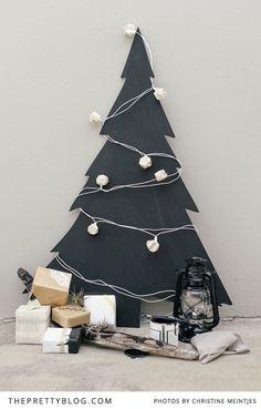 Chalk board Christmas Tree -- Get The Look Beach Christmas - DIY Summer Christmas, Noel Christmas, Modern Christmas, Green Christmas, Christmas Crafts, Minimal Christmas, Christmas Chalkboard, Alternative Christmas Tree, Xmas Decorations