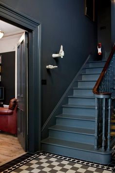 My Pins Hallway Decorating 305189312248432082 - dark gray walls. Source by gaellelargillie Media Ext Dark Staircase, Dark Hallway, Stairway, Painted Staircases, Painted Stairs, Victorian Hallway, Victorian Bedroom, Modern Grey Bedroom, Flur Design
