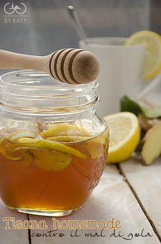 500 g di miele di acacia 1 limone biologico 1 radice di zenzero. 1 barattolo di vetro a chiusura ermetica che possa contenere il miele. Prendete il nuovo vasetto che avrete precedentemente sterilizzato e all'inteno di esso alterniamo al miele fettine di limone e di zenzero. Lo zenzero darà un aroma leggermente piccantino, perciò occhio a non esagerare. Chiudiamo e lasciamo aromatizzare. Per la tisana scaldiamo una bella tazza di acqua calda a cui aggiungeremo un bel cucchiaio di miele.