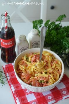 tagliatelle cu somon Cold Vegetable Salads, Penne, Cookie Recipes, Good Food, Food And Drink, Healthy Recipes, Meals, Vegetables, Cooking