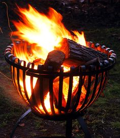 Feuerkorb Tulpe                                                                                                                                                      Mehr Green Christmas, Winter Christmas, Christmas Themes, Fire Pit Grill, Fire Pit Backyard, Fire Pits, Fire Basket, Firewood Storage, Stove Fireplace