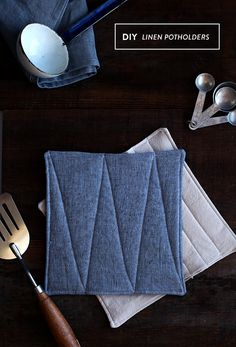 These handmade linen potholders make a perfect host gift! Informations About These handmade linen po Fabric Crafts, Sewing Crafts, Sewing Projects, Diy Crafts, Sewing Hacks, Sewing Tutorials, Creation Couture, Diy Projects To Try, Pot Holders