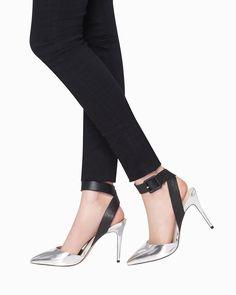 Lola sleek and sophisticated pump