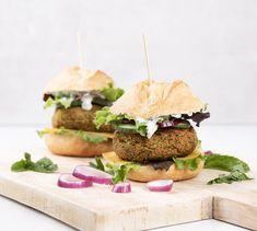 In deze zomerse falafelburgers mis je het vlees niet. Lekkere vegetarisch van kikkererwten met een frisse yoghurt-muntsaus.