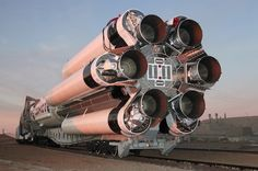 ILS' Proton rocket transported on a train to the launch pad. Nasa Spaceship, Kerbal Space Program, Nasa Space Program, Mechanic Jobs, Space Rocket, Air Space, Space And Astronomy, Space Shuttle, Space Travel