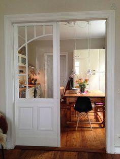 Blick vom Wohnzimmer in die sonnige Küche