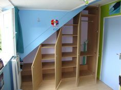1000 images about opbergoplossingen on pinterest scaffolding wood met and crates - Kast onder het dak ...