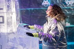 Divirtiéndose en la máquina Arcade de hielo