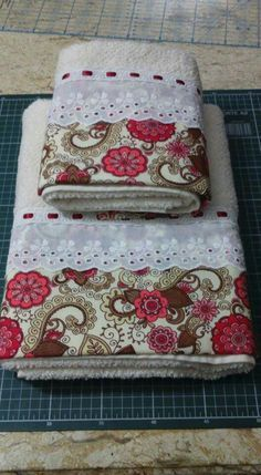 Explore Costura com Arte . Guest Towels, Hand Towels, Tea Towels, Sewing Hacks, Sewing Crafts, Sewing Projects, Towel Crafts, Embroidered Towels, Decorative Towels