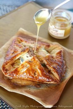 Goat cheese puff pastry with red onion confit and apples. Veggie Recipes, Vegetarian Recipes, Cooking Recipes, Free Recipes, Quiche Recipes, Salty Foods, Quiches, Omelettes, Wontons