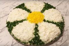 """Salată """"Mimoza"""" dietetică - un aperitiv în straturi deosebit de savuros, fără maioneză! Oaspeții vor fi încântați! - Bucatarul Romanian Food, Chicken Alfredo, Food Art, Feta, Grains, Dairy, Food And Drink, Appetizers, Cheese"""