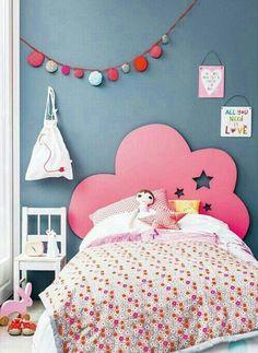 Tête de lit en nuage rose pour chambre de petite fille © DR